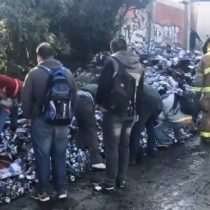 [VIDEO] Vecinos llegan en patota a ayudar a bomberos por volcamiennto de camión cargado con cerveza