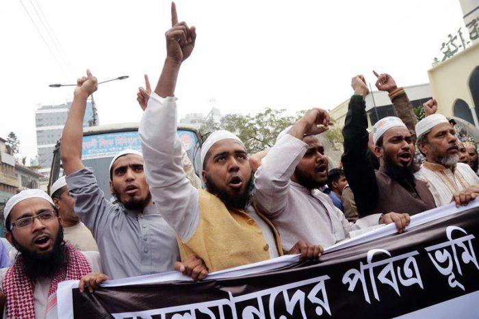 Miles de islamistas protestan en Dacca contra la decisión de Trump en Israel