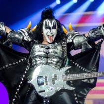 Denuncias de acoso sexual llegan a la música: Demandan a bajista de Kiss por manosear a periodista