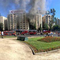 [VIDEO] Bomberos controla incendio en pleno local de Plaza Italia