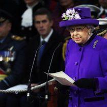 La Reina Isabel II recibe nuevo portaaviones británico que lleva su nombre