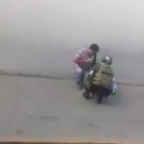 [VIDEO] Bondadoso soldado mexicano le regala juguete a menor que se encontraba en la calle