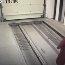 [VIDEO] Mujer adicta a su celular queda atrapada en un estacionamiento automático en China