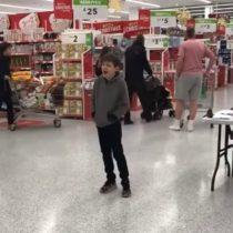 [VIDEO] El conmovedor canto navideño de un niño autista en un supermercado de Inglaterra