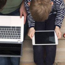 Ojos y pantallas: 2 consejos que pueden ayudar a los padres a prevenir la miopía en sus hijos