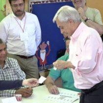 [VIDEO] Chascarro electoral: Sebastián Piñera olvida su estampilla en la cámara secreta al momento de entregar su voto