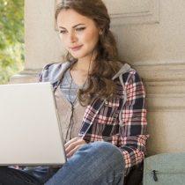 ¿Cómo combatir la brecha salarial si las mujeres tienden a matricularse en carreras con menor ingreso económico?