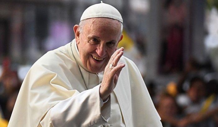 Papa saluda a Piñera a lo Bielsa y da discurso ecológico y antitecnocrático en La Moneda