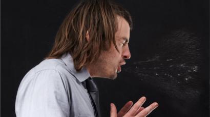 Cómo contener totalmente un estornudo puede romperte la garganta
