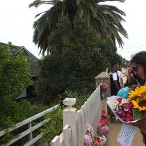 [FOTOS] Vecinos de Isla Negra acuden a la casa de Nicanor Parra a dejarle flores