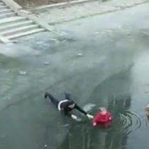 [VIDEO] Anciana es rescatada después de caer en río congelado en China