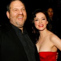 La primera actriz que denunció a Harvey Weinstein narra como la violó: «Me consolaron diciéndome que era algo que podía me ayudar en mi carrera en el futuro»