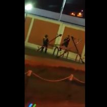 [VIDEO] Trabajadores municipales se divierten jugando en un sube y baja