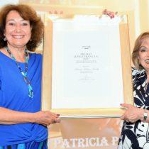 Periodista Patricia Politzer recibe premio Lenka Franulic