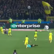[VIDEO] Árbitro le pega una patada y expulsa a jugador que se tropezó con él