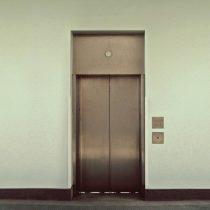 [VIDEO] Mujer se rompe una pierna al caerse en un ascensor y quedar atrapada en la puerta
