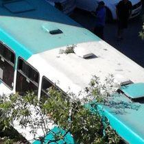 [FOTOS] Chofer del Transantiago pierde el control y termina incrustado en condominio en Providencia