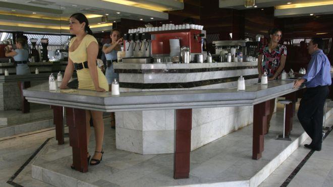 """""""Vendemos una ilusión"""": cómo son y por qué se mantienen vigentes los legendarios café con piernas de Santiago de Chile"""