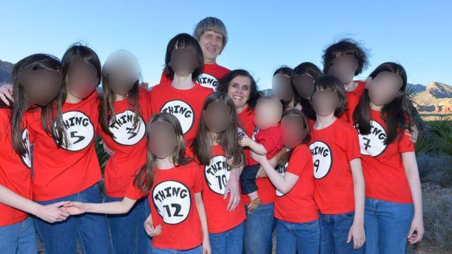 La casa del horror:  las dudas que genera la escuela privada que tenía en su casa el matrimonio que mantenía encadenados a sus hijos en California