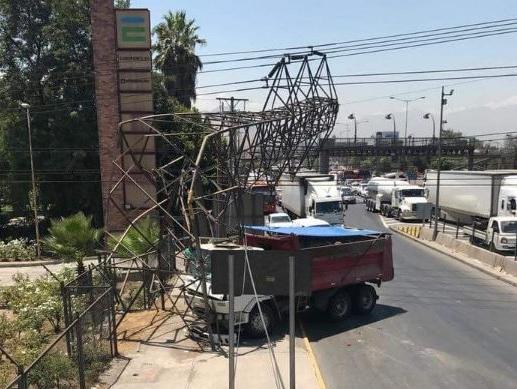 Corte eléctrico afecta a varias comunas de Santiago: camión chocó con torre de alta tensión en sector El Cortijo