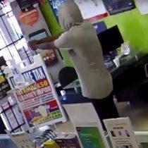 [VIDEO] Ladrón se arrepiente de un robo y le pide de rodillas a los dependientes de la tienda que lo dejen escapar antes que llegue la policía
