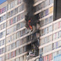Incendio afecta a tres pisos de edificio en Santiago Centro