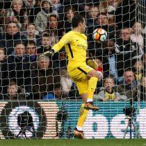 [VIDEO] Por poquito: Claudio Bravo no se salva de las críticas tras cometer error en partido del Manchester City