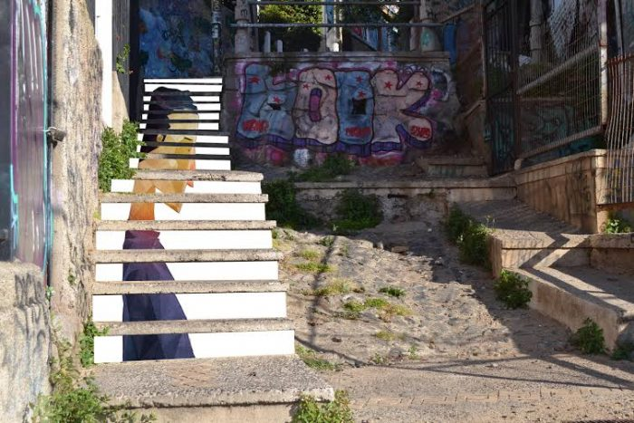 Mundo al revés: mujer es multada por limpiar escalerade turístico sector en Valparaíso