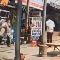 [VIDEO] Buscan en Tailandia a hombre que pateó en la cabeza sin razón aparente a niño en la calle
