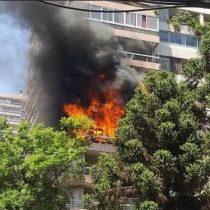 [VIDEO] Bomberos controló fuerte incendio en edificio de Las Condes: 2 departamentos resultaron afectados