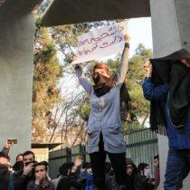 Sorprendentes e impredecibles: qué tienen de diferente las actuales protestas en Irán que ya han dejado 22 muertos