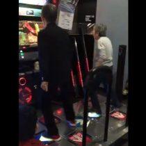 [VIDEO] Pareja de abuelitos sorprende con habilidades de baile en juego arcade