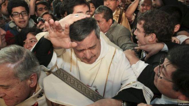 Quién es Juan Barros, el controvertido obispo cuya presencia encendió la ira de las víctimas de abuso sexual durante la visita del Papa Francisco