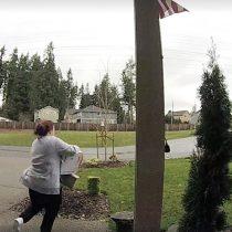 [VIDEO] Hoy en karma: una mujer se daña el tobillo tras robar encomiendas que dejan en las puertas de la casas
