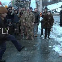 [VIDEO] Manifestantes dan pelotazos y empujones a maniquí de Putin en protesta contra el Mundial