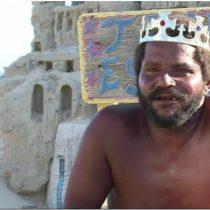 [VIDEO] El hombre que lleva 22 años viviendo en un castillo de arena en una playa de Río de Janeiro