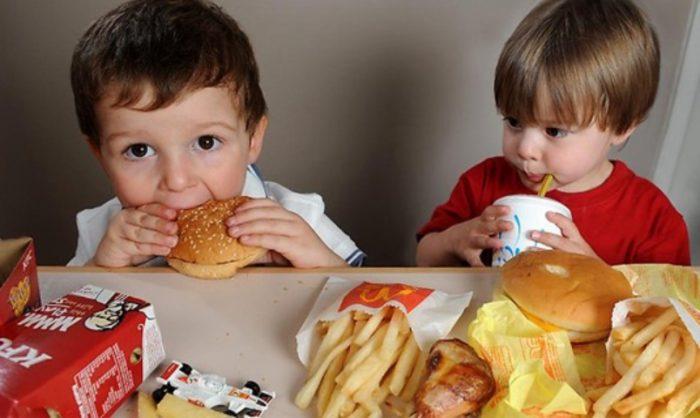 ¿Es bueno prohibir publicidad de comida chatarra para niños? Nutricionistas reafirman la importancia de próxima medida de la Ley de Etiquetado