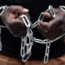 [VIDEO] «Usaron alambre de púas para atarme de manos y pies»: el infierno de los migrantes africanos esclavizados en Libia