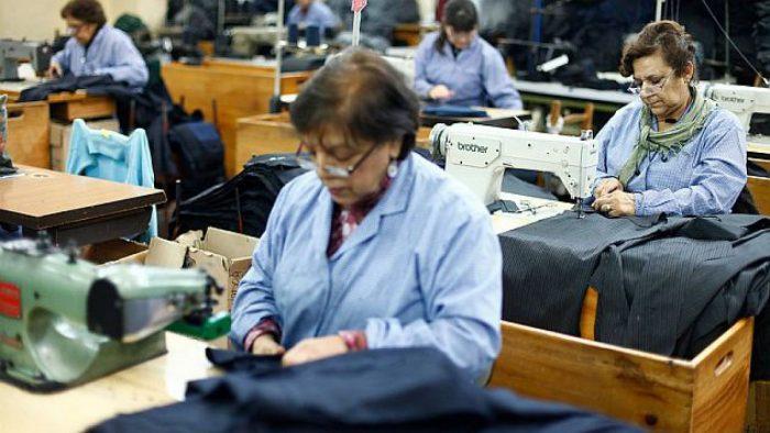 Mujeres que son jefas de hogar sin pareja han perdido 112.380 empleos versus los 94.963 de hombres solteros jefes de hogar