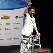 Pelé acude con andador a la apertura del Campeonato Carioca