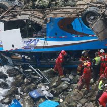 Al menos 25 muertos tras caída de autobús a acantilado en el norte de Lima