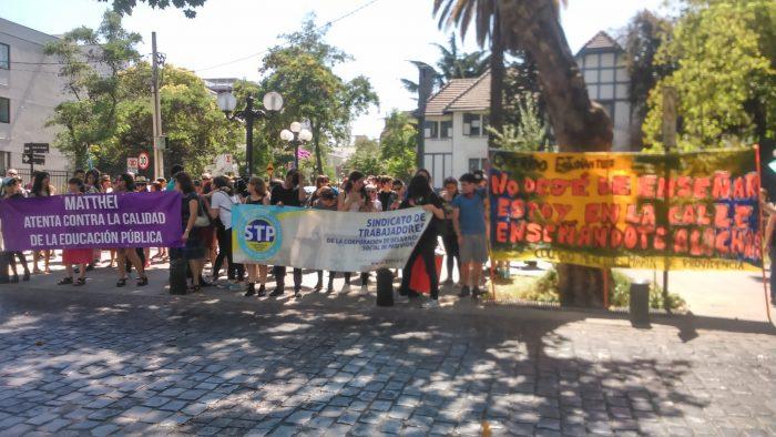 Profesores y estudiantes protestan frente a municipalidad de Providencia por despido de 69 docentes