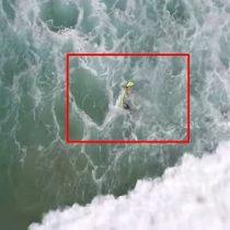 [VIDEO] Dron rescata a dos bañistas que eran arrastrados por olas de 3 metros en Australia