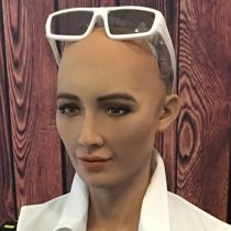 [VIDEO] El fin del mundo se acerca: Sofía, la robot que dijo que aniquilaría a los humanos, aprendió a caminar