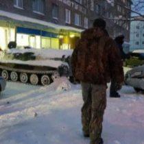 [VIDEO] Buenos carretes: ruso ebrio se roba un tanque para ir a asaltar un supermercado y robar más vino
