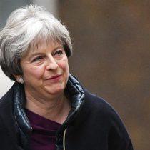 May hace reajuste en su gobierno pero mantiene a los ministros clave