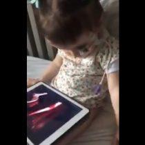 [VIDEO] Adorable: pequeña niña emocionada con presentación de Alexis Sánchez lo repite una y otra vez