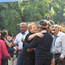 Bachelet vuelve a respaldar a Villalobos y pide