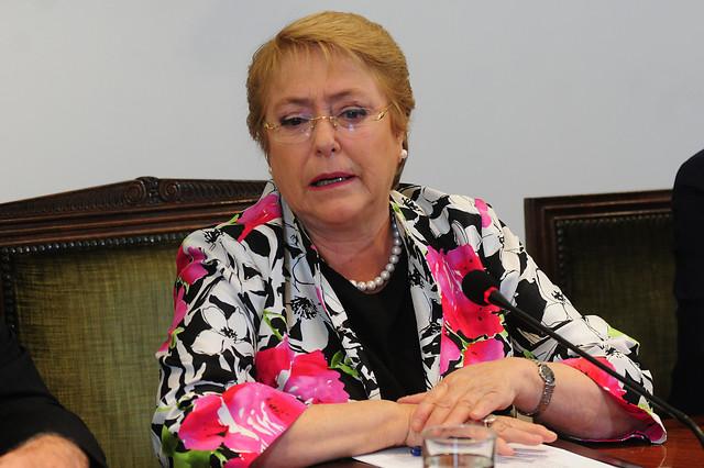 Michelle Bachelet firmó proyecto para reemplazar al CAE