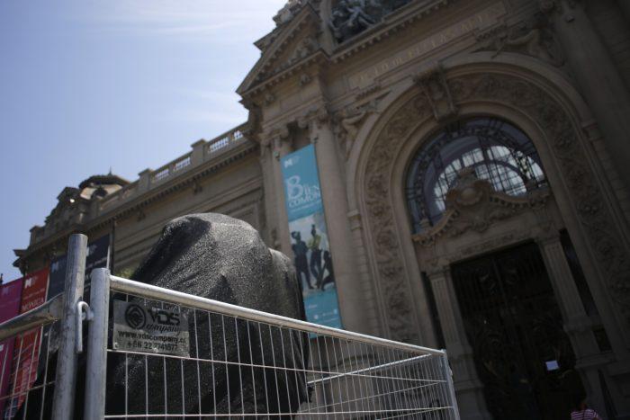 Fórmula E: Concejales presentaron querella contra responsables de daños a escultura en Museo Nacional de Bellas Artes